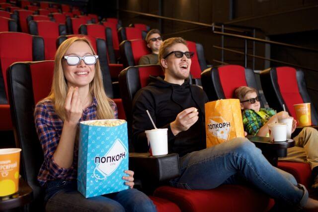 映画がドラマを楽しむ女性