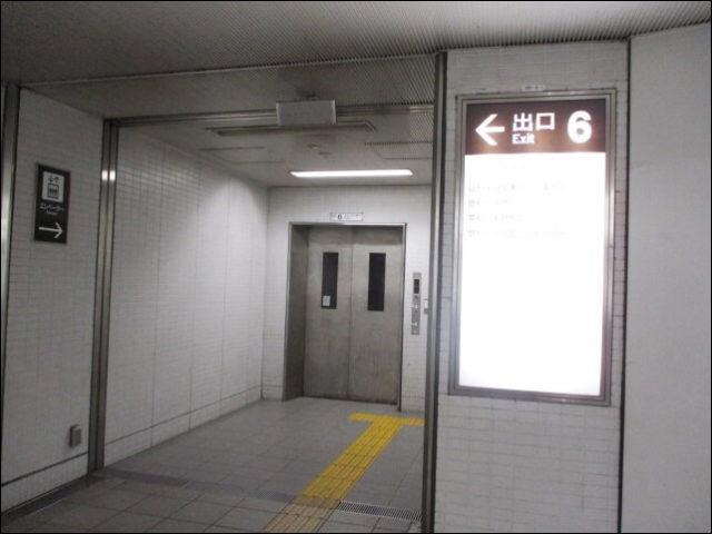 エレベーターに乗る