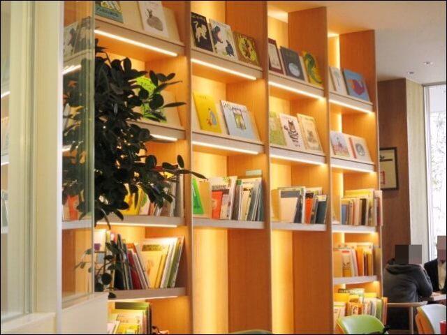 「ロマンの森」のカフェには絵本のコーナーがある