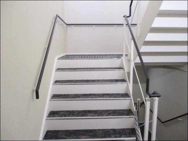 屋上へいく階段一つ目
