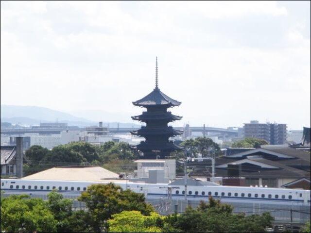 ポテルの屋上から見える東寺と新幹線