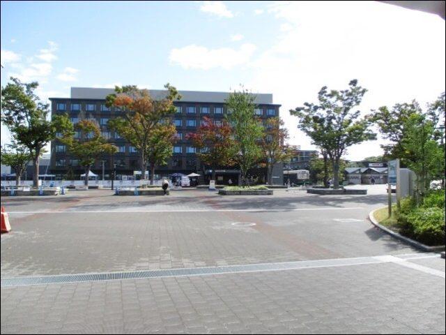 梅小路京都西駅の改札口を出る