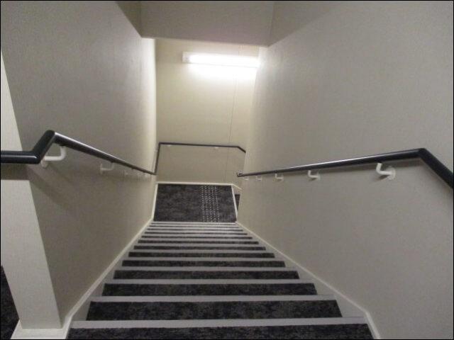 2階から1階へ続く薄暗い階段