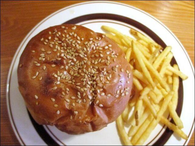 【オルバーガー京都】<蓮根フライと九条葱バーガー>を上からみた写真
