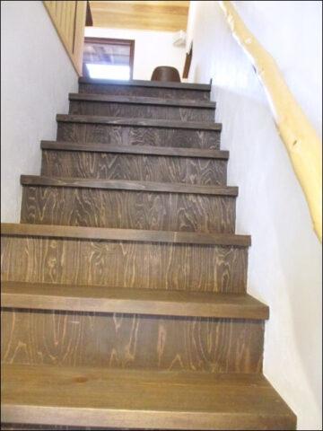 モノモノカフェの2階へ続く階段