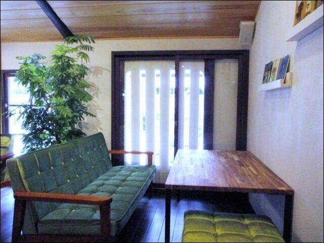 【モノモノカフェ】2階にはソファー席もある