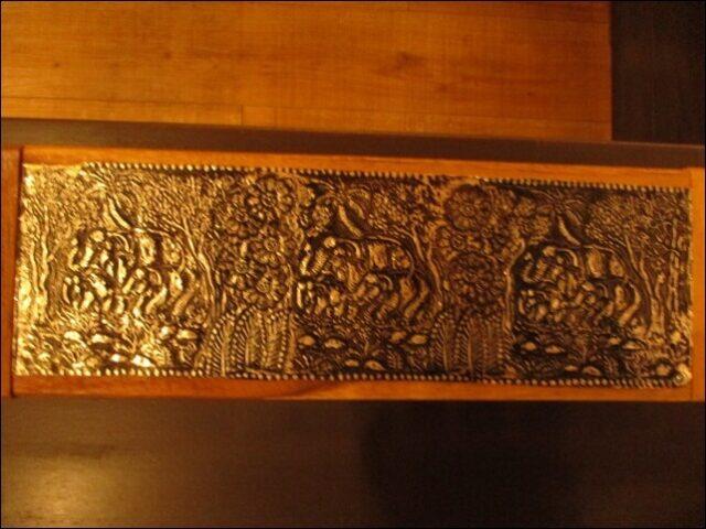テーブルの上にあるタイの民芸品