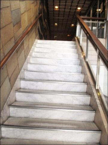インクカフェの入り口へ行く階段