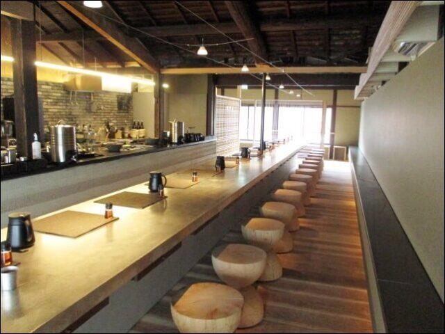 すがりの広いカウンターとオープンキッチン