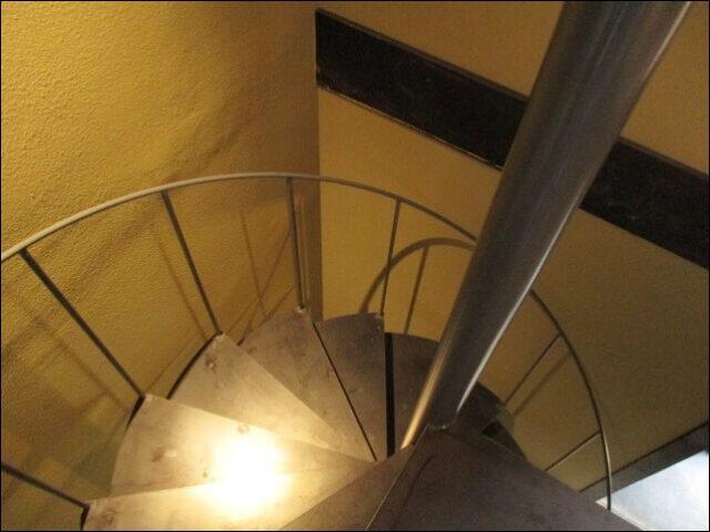 すがりの1階へ下りるらせん階段