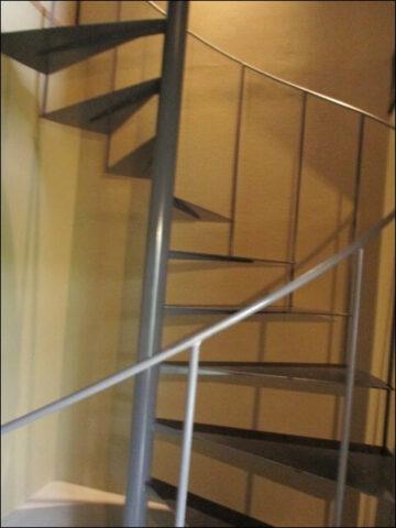 すがりの螺旋階段の全体